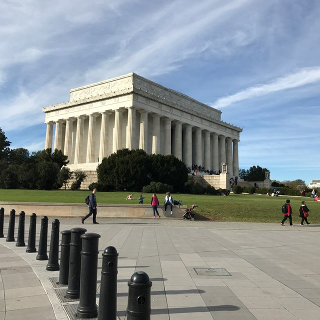 Students take a tour around the Lincoln Memorial.
