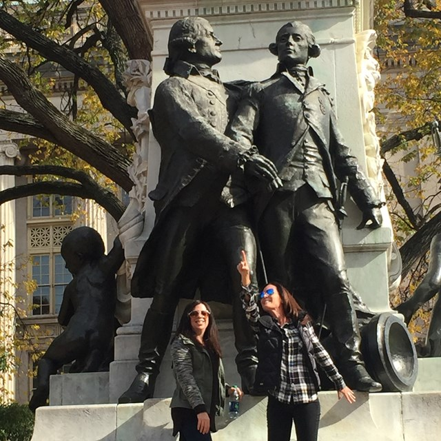 Check out this tall statue! This wonderful trip shows us the history of the country's founding fathers!
